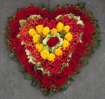 Hartvorm met Rode Rozen en Geel Hart