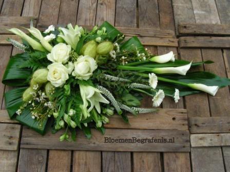 bloemstuk begrafenis bezorgen|ruime keus in betaalbare rouwboeketten ...: www.bloemenbegrafenis.nl/webshop/RA98S--mooi-uitgebalanceerd...