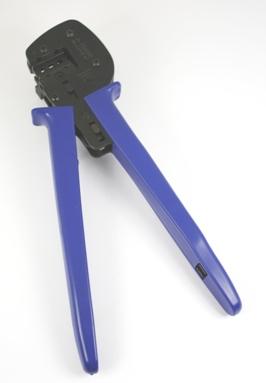 Tang om MC-4 connectoren aan een kabel te krimpen